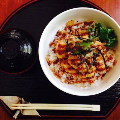 jaapani stiilis paneeritud kanaliha, tervislikku misosuppi ja aurutatud riisi.
